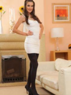 Элегантная девушка в белом платье