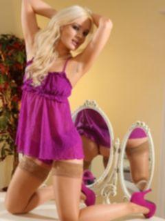 Гламурная блондинка шикарно обнажилась
