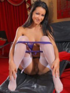 Голая брюнетка в фиолетовом белье показывает свои ножки