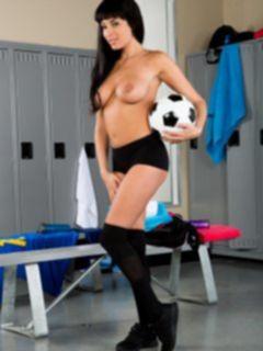 Голая девушка с футбольным мячом в раздевалке