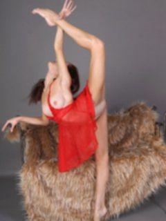 Гимнастика голой девушки Матильды