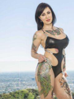 Большая жопа брюнетки с татуировками