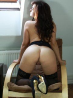 Tess Lyndon в чулках на кресле