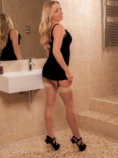 Блондинка Holly Gibbons в коротком платье на каблуках