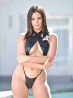Сексуальная брюнетка в черном бикини