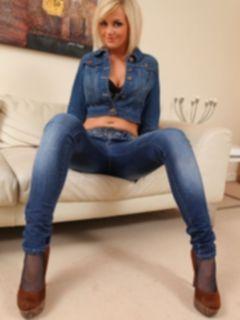 Красивая блондинка Victoria снимает джинсы