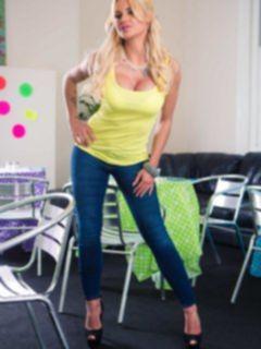 Секси блондинка с силиконовыми сиськами