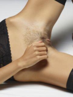 Волосатая пизда и анус девушки Milena D крупным планом
