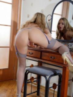 Голая Наташа встала рачком у зеркала