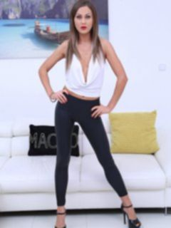 Секси телка в обтягивающих лосинах