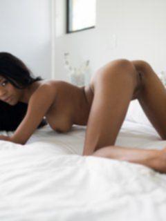 Красивая чернокожая девушка