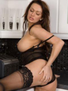 Жгучая дамочка в кружевном белье разделась на кухне