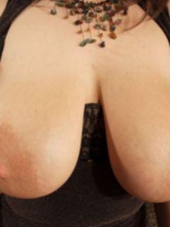 Женщина с большими сиськами играется пальчиками