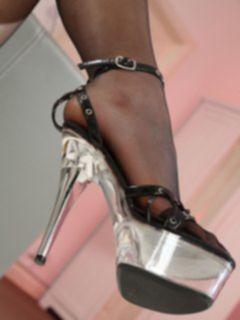 Госпожа в чулках заставляет лизать ноги