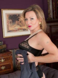 Порно зрелой дамы в чулках Betsy Blue