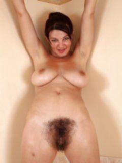 Волосатая пизда мамаши в ванной