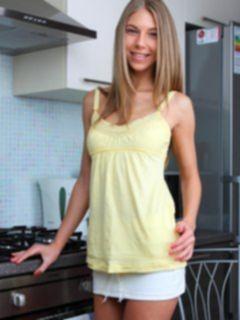 Русская худышка мастурбирует на кухне