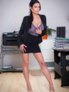 Сисястая секретарша раздевается в офисе