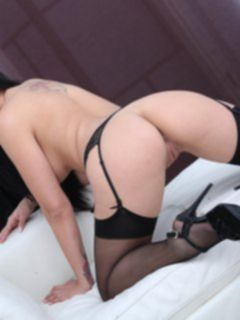 Сексуальная девушка в юбке и чулках