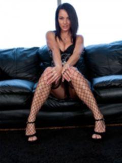 Стройные ножки молодой брюнетки Nikki Sims в чулках