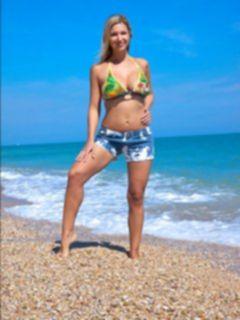 Голая телка на пляже оголила грудь