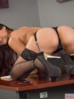 Босс трахнул секретаршу в чулках Reena Sky на столе