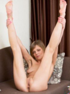 Секси мамка соблазняет ножками